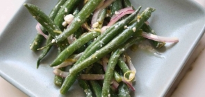 Spinach Salad with Garliky Green Beans and Grilled Red Onion