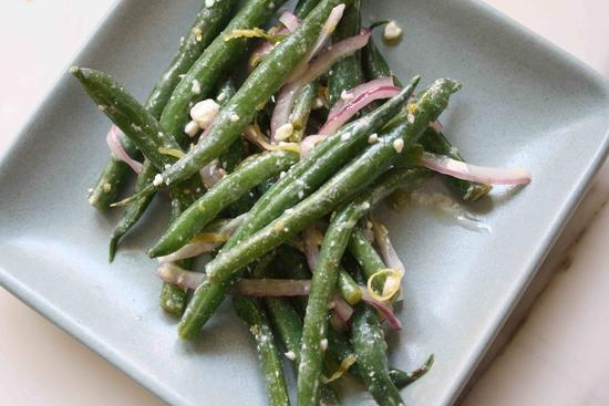 Recipe of the Week: Spinach Salad with Garliky Green Beans and Grilled Red Onion