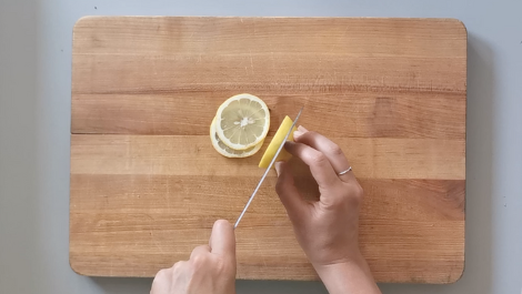 slice lemon into 4 slices
